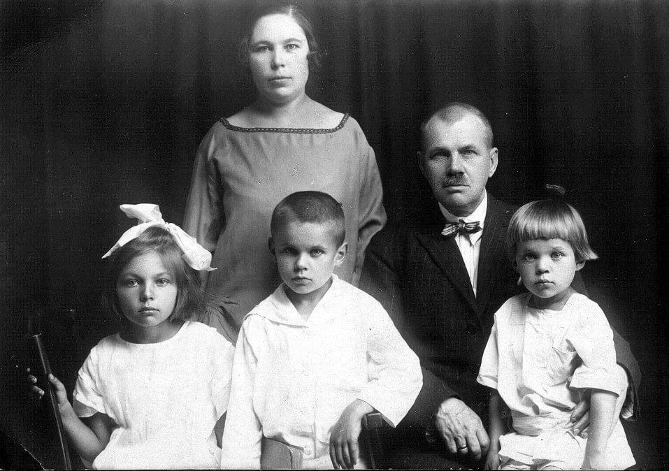Janina i Aleksander Modzelewscy z dziećmi